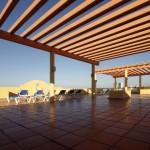 Terraza-de-madera-en-edificio