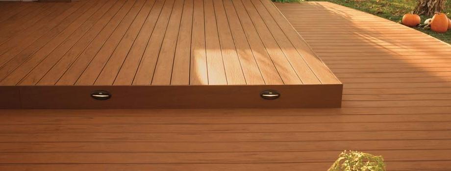 Bordes de piscina en madera suelo tipo deck for Que piscina puedo poner en una terraza