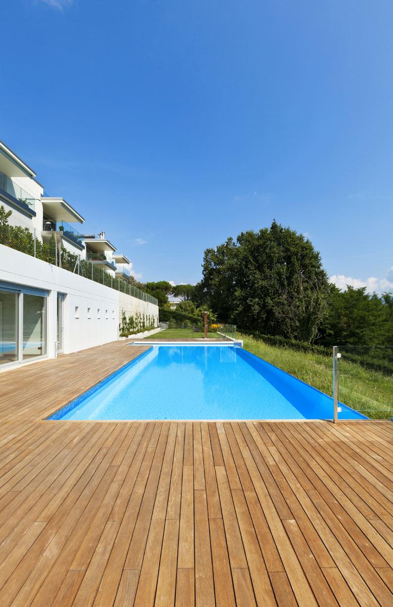 Bordes de piscina en madera suelo tipo deck for Piscina z